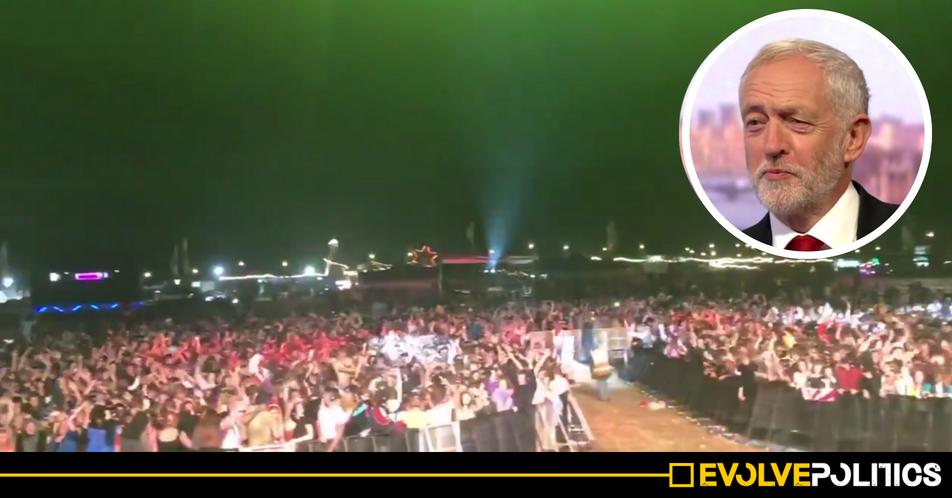 WATCH: 18k Cornwall festival-goers in spontaneous 'deafening' show of support for Jeremy Corbyn [VIDEO]